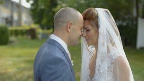 Schöne Braut und Bräutigam in der Liebe, die einander und das Lächeln betrachtet stock video footage