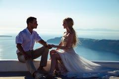 Schöne Braut und Bräutigam in ihrem Sommerhochzeitstag auf griechischer Insel Santorini Lizenzfreies Stockfoto