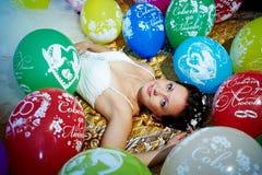 Schöne Braut und festliche Ballone Stockfotos