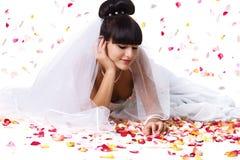 Schöne Braut und rosafarbene Blumenblätter Lizenzfreie Stockbilder