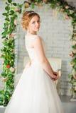 Schöne Braut vor Hochzeitszeremonie lizenzfreies stockbild