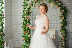 Schöne Braut vor Hochzeitszeremonie stockfoto