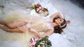 Schöne Braut wird durch Brautkleider umgeben stock footage