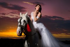 Schöne Braut zu Pferd stockfotos