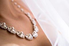 Schöne Brauthalskette stockbild