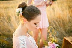 Schöne Brautjungfer in Rosenquarz farbigem Kleid Stockbilder