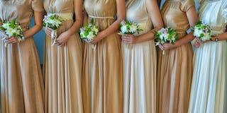 Schöne Brautjungfernblumensträuße stockfotografie