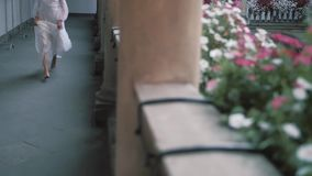 Schöne Brautläufe zwischen den Spalten Italienische Architektur Schöner Balkon mit Spalten und Blumen stock video