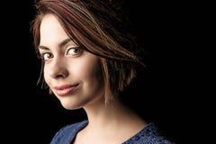 Schöne breite gemusterte Frau mit faszinierendem Anstarren Stockfotografie