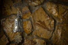 Schöne Bronzeglocke im Hintergrund Lizenzfreies Stockbild