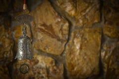 Schöne Bronzeglocke im Hintergrund Stockbilder
