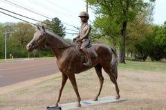 Schöne Bronzestatue eines Jockeys und des Pferds stockfoto