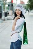 Schöne Brunetfrau nach dem Einkauf Lizenzfreie Stockfotos