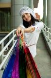 Schöne Brunetfrau nach dem Einkauf Stockfotografie