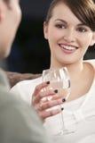 Schöne Brunette-Frau auf einem romantischen Datum Lizenzfreies Stockbild