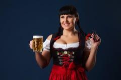 Schöne Brunettefrau auf Bayern kleidete mit Glas Bier an Lizenzfreies Stockbild