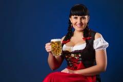 Schöne Brunettefrau auf Bayern kleidete mit Glas Bier an Lizenzfreie Stockfotos