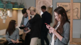 Schöne Brunettefrau benutzt eine Tablette des Bildschirm- im modernen Startbüroteam an dem Arbeitsplatz Stockbilder