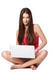 Schöne Brunettefrau, die den Laptop getrennt auf Weiß verwendet Stockbild