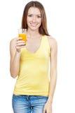 Schöne Brunettefrau, die Glas Saft hält Stockfotos