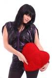 Schöne Brunettefrau, die rotes Inneres anhält Stockfotos