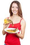Schöne Brunettefrau, die Stück Pizza hält Lizenzfreie Stockbilder