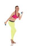 Schöne Brunettefrau, die zurück Übungen für Muskeln, Hände, Beine und Hinterteile unter Verwendung der Dummköpfe tut Stockfotos