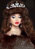 Schöne Brunettefrau im Nerzmantel schmucksachen Mode-Galan Stockfotografie