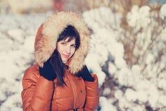 Schöne Brunettefrau im Winter Stockfoto