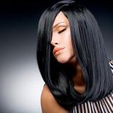 Schöne Brunettefrau mit dem langen schwarzen geraden Haar lizenzfreies stockfoto