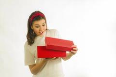Schöne Brunettefrau mit Geschenkboxen Lizenzfreies Stockbild