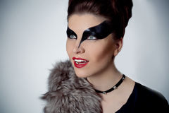 Schöne Brunettefrau mit Make-up im Stil der Frauenkatzen lizenzfreie stockbilder