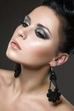 Schöne Brunettefrau mit perfekter Haut und Han Stockbilder