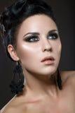 Schöne Brunettefrau mit perfekter Haut und Han Lizenzfreie Stockfotos