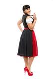 Schöne Brunettefrau mit Zöpfen auf den Bayern kleidete das Lächeln Stockbild