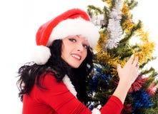 Schöne Brunettefrau nahe dem Weihnachtsbaum Stockfotos