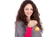 Schöne Brunettefrauen-Weihnachtsdekoration Stockfotos