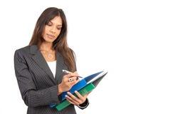 Schöne Brunettegeschäftsfrau mit Faltblättern Stockfotografie