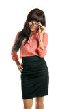 Schöne BrunetteGeschäftsfrau, welche die Kamera betrachtet lizenzfreies stockbild