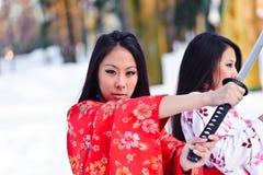 Schöne Brunettemädchen in einem japanischen Kimono Stockfotografie
