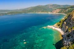 Schöne Bucht am adriatischen Meer und am kleinen Tauchboot Lizenzfreies Stockfoto