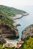 Schöne Bucht auf Vis Island, Kroatien Lizenzfreie Stockbilder