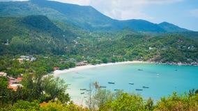 Schöne Bucht mit Fischerbooten Das Türkismeer Lizenzfreies Stockfoto