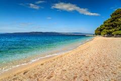 Schöne Bucht mit Kiesstrand, Brela, Makarska Riviera, Dalmatien, Kroatien lizenzfreie stockbilder