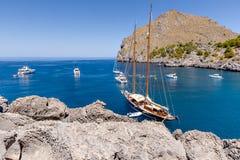 Schöne Bucht mit Yachten und Segelbooten Lizenzfreie Stockfotografie