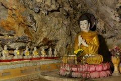 Schöne Buddha-Skulptur, die in der Meditation innerhalb heiligen B sitzt Stockfotografie