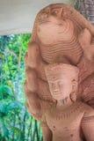 Schöne Buddha-Statue gemacht vom Sandstein und -abdeckung mit Nagaköpfen Stein-Buddha-Statue mit sieben Phaya-Naga geht voran Sto Stockbilder