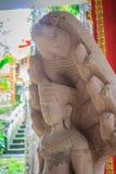 Schöne Buddha-Statue gemacht vom Sandstein und -abdeckung mit Nagaköpfen Stein-Buddha-Statue mit sieben Phaya-Naga geht voran Sto Lizenzfreie Stockbilder