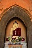 Schöne Buddha-Statue innerhalb des alten paya in Bagan, Myanmar Lizenzfreies Stockfoto