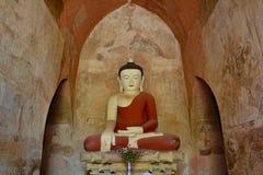 Schöne Buddha-Statue innerhalb des buddhistischen Tempels mit alten Freskos Lizenzfreies Stockfoto